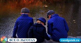 Льготы и права многодетных на работе определяются особым статусом семьи, в которых воспитывается трое и больше детей. Данная категория граждан может рассчитывать на различные виды преференций, в том числе, трудовые. [mwm-aal-display] Когда семья считается многодетной Согласно российскому законодательству, многодетной считается семья либо родитель-одиночка, воспитывающий: 3-х и более детей, не достигших совершеннолетия (в регионах со стандартной демографической ситуацией); 4-х и больше детей, если в регионе зафиксирован рост демографии. Обратите внимание! Если один из детей обучается в профессиональном учреждении (среднем или высшем), он считается иждивенцем и получает пособие до окончания учебы. Таким образом, если в семье растут дети, чье количество превышает стандартное для субъекта РФ, она может рассчитывать на различные типы преференций: льготные тарифы оплаты коммунальных услуг и выплаты на содержание ребенка, а также некоторые послабления при осуществлении трудовой деятельности. Права и льготы для многодетных родителей на работе На дополнительные трудовые льготы многодетный сотрудник может рассчитывать только в том случае, если имеется дополнительное основание для назначения преференции. Например, воспитание ребенка с инвалидностью дает право на дополнительный выходной по усмотрению родителя. Если речь идет о матери-одиночке, воспитывающей троих детей, с ней не могут расторгнуть трудовой договор в одностороннем порядке, за исключением случаев банкротства компании и ее ликвидации. В остальном многодетная мама может рассчитывать на стандартные преференции, положенные всем родителям, воспитывающим маленького ребенка: освобождение от ночных смен и длительных командировок; неполный рабочий день (если ребенку не исполнилось 14 лет либо 18 лет, если это инвалид); оформление на работу без испытательного срока (если имеется ребенок младше 1,5 лет). При этом статус многодетного родителя дает право на некоторые дополнительные льготы: оформление ИП без уплаты госпошлины; 